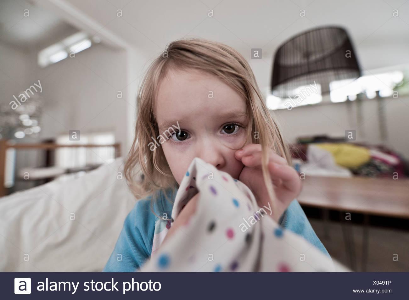 Portrait de bambin girl sucking thumb Photo Stock