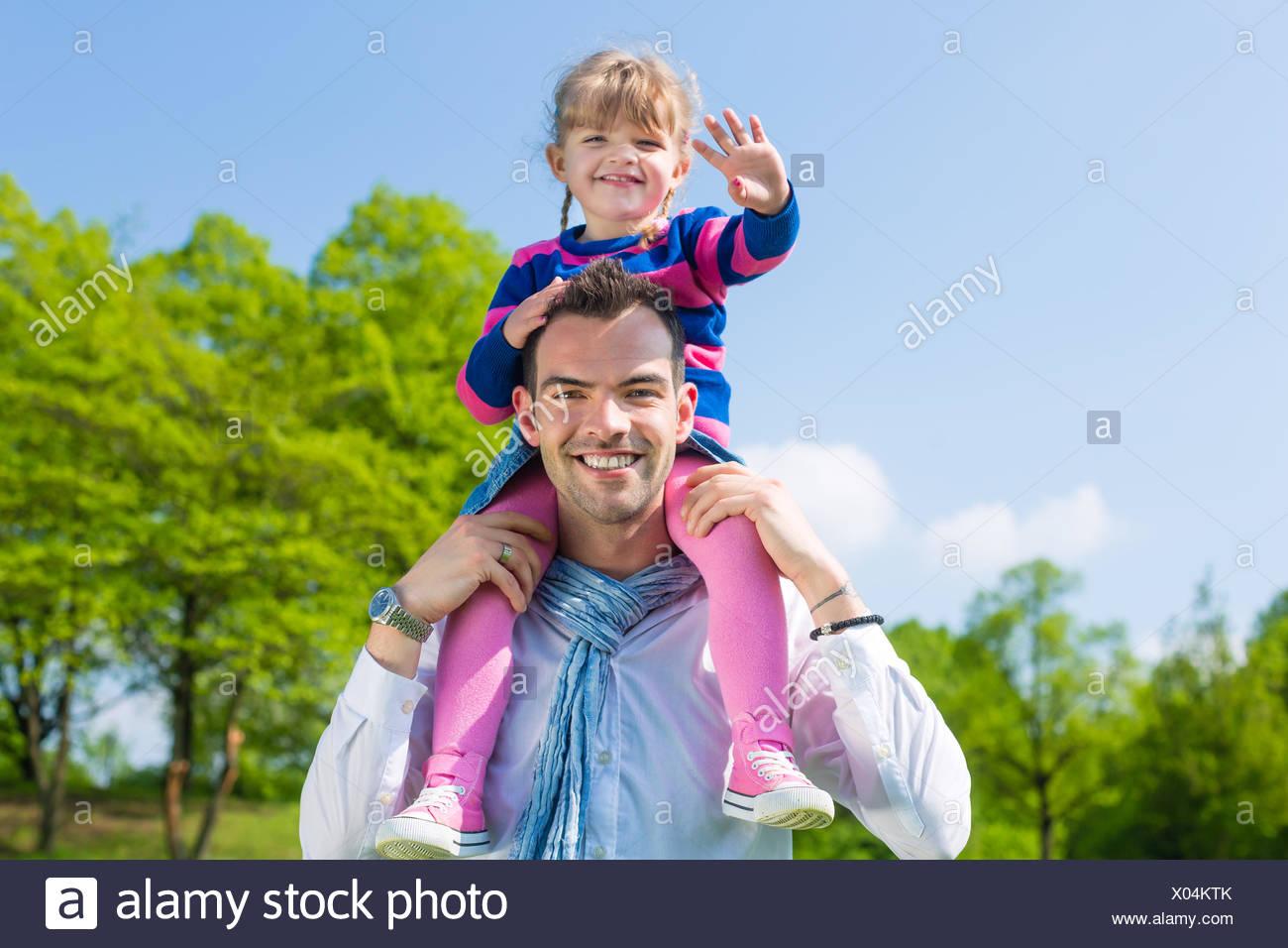 Père et fille dans une prairie d'été Photo Stock