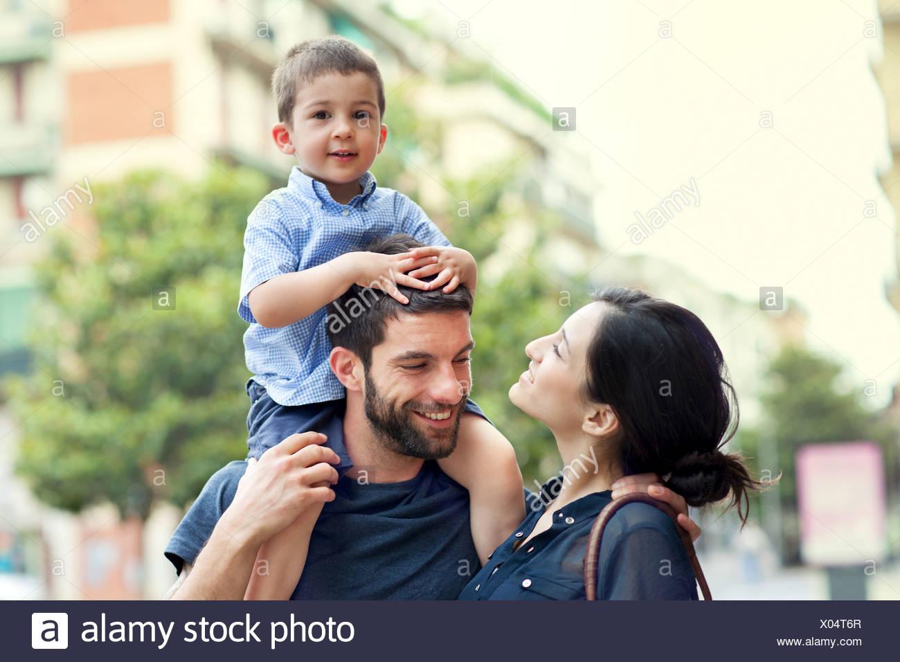 Père exerçant son fils sur les épaules avec femme Photo Stock