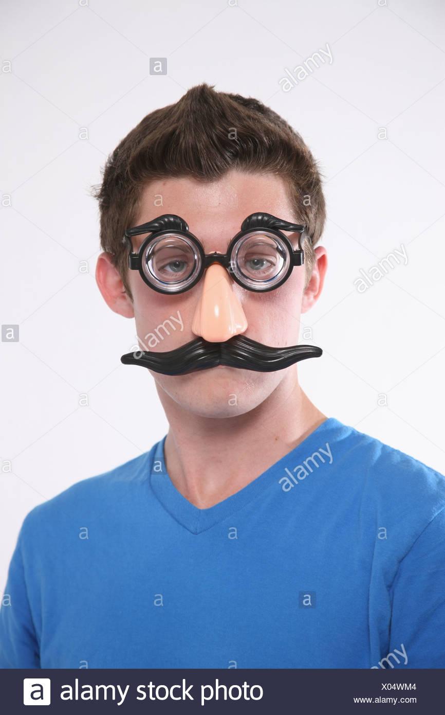 Un jeune garçon portant un masque de Groucho Marx; Troutdale Oregon United States of America Photo Stock