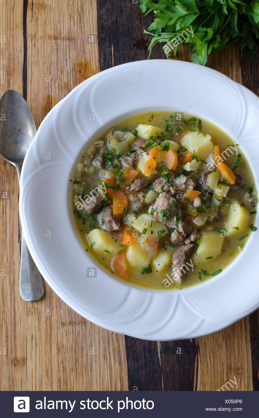 D'agneau, ragoût de pommes de terre et de légumes garni de ciboulette et de persil. Photo Stock