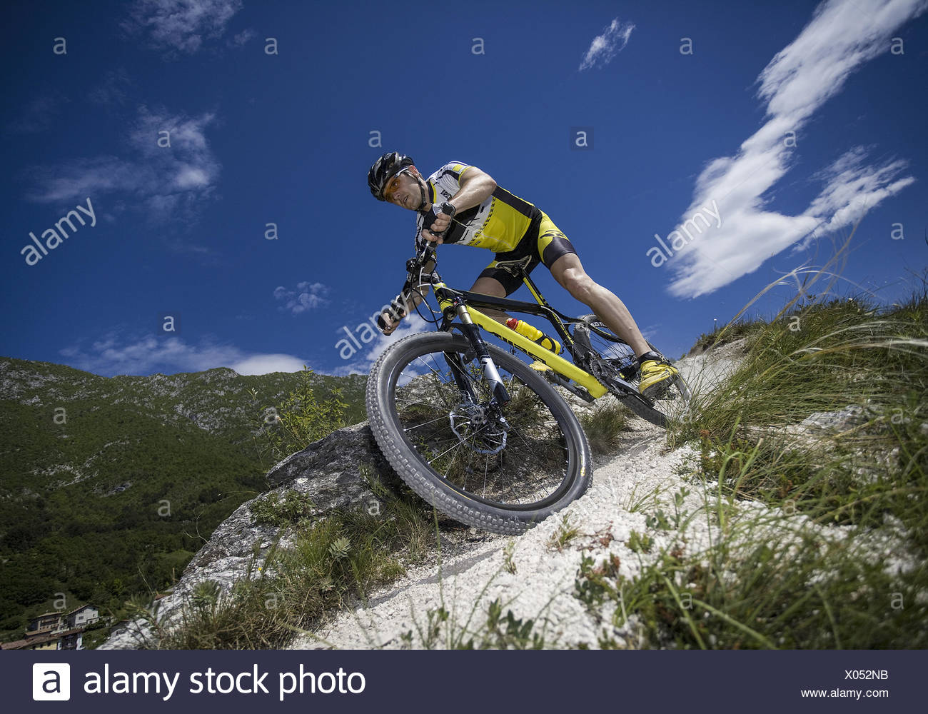 Mann mit Mountainbike im Gebirge (modèle récent) Photo Stock