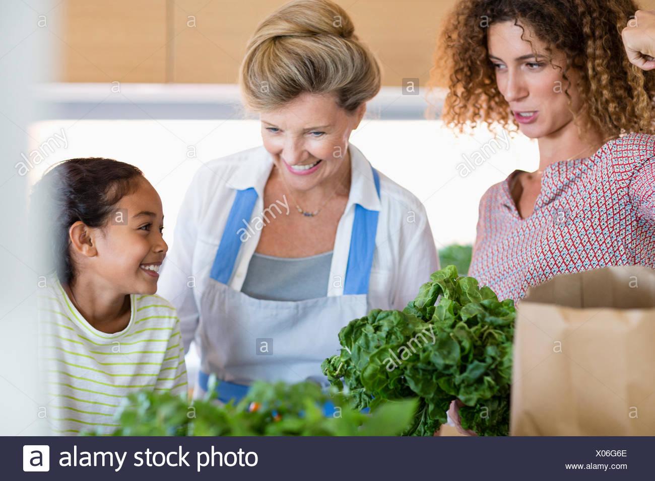 Hauts femme avec fille et sa petite-fille dans la cuisine Photo Stock