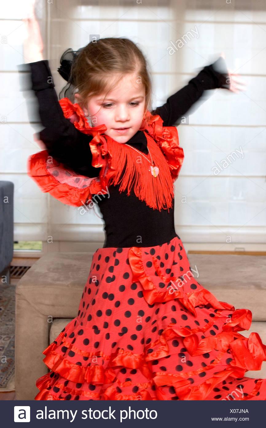 6b6f93b1142dd Belle petite fille en robe rouge danse flamenco Banque D Images ...