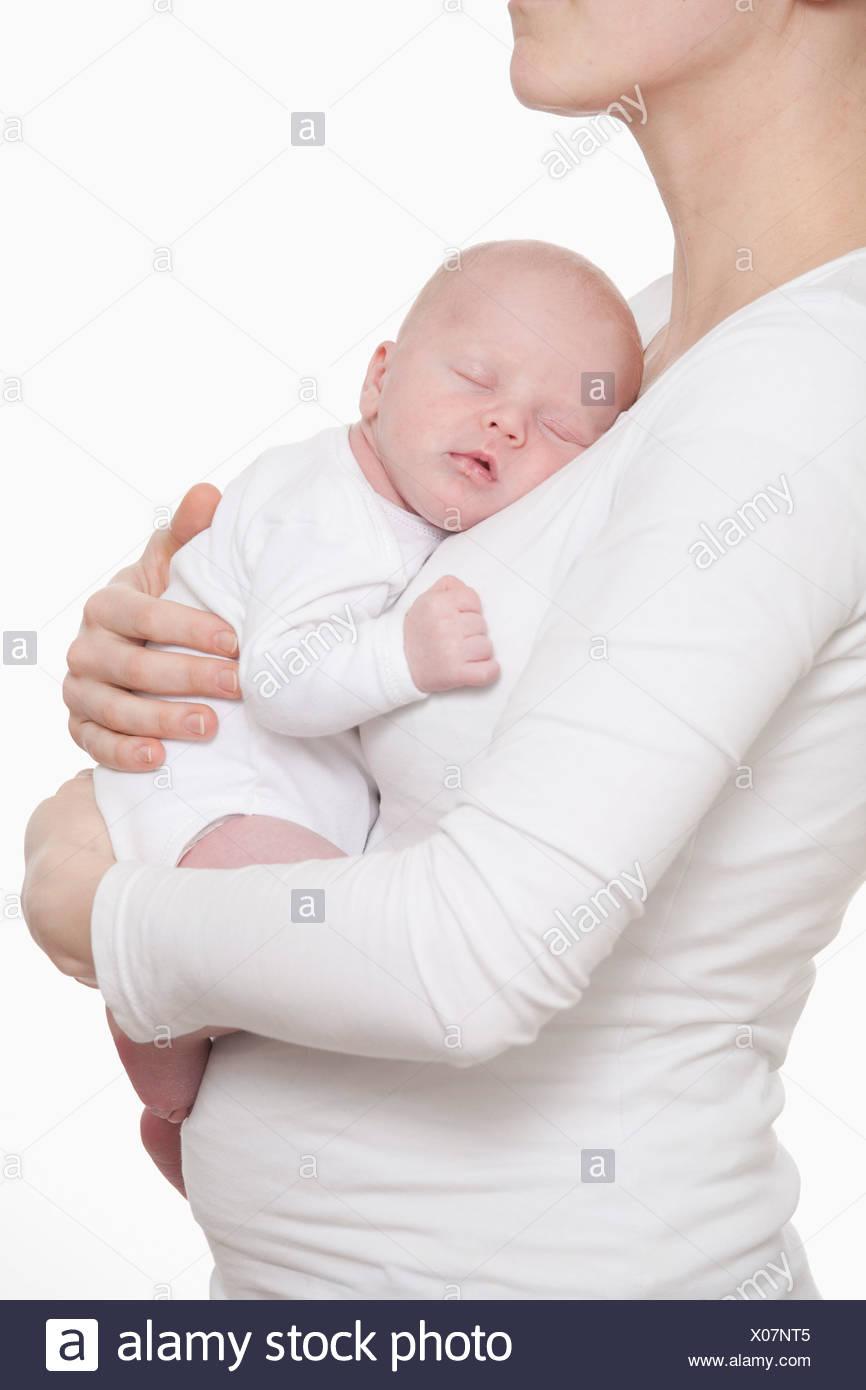 Allemagne, Munich, Mother holding (0-1 mois) naissance bébé garçon Photo Stock
