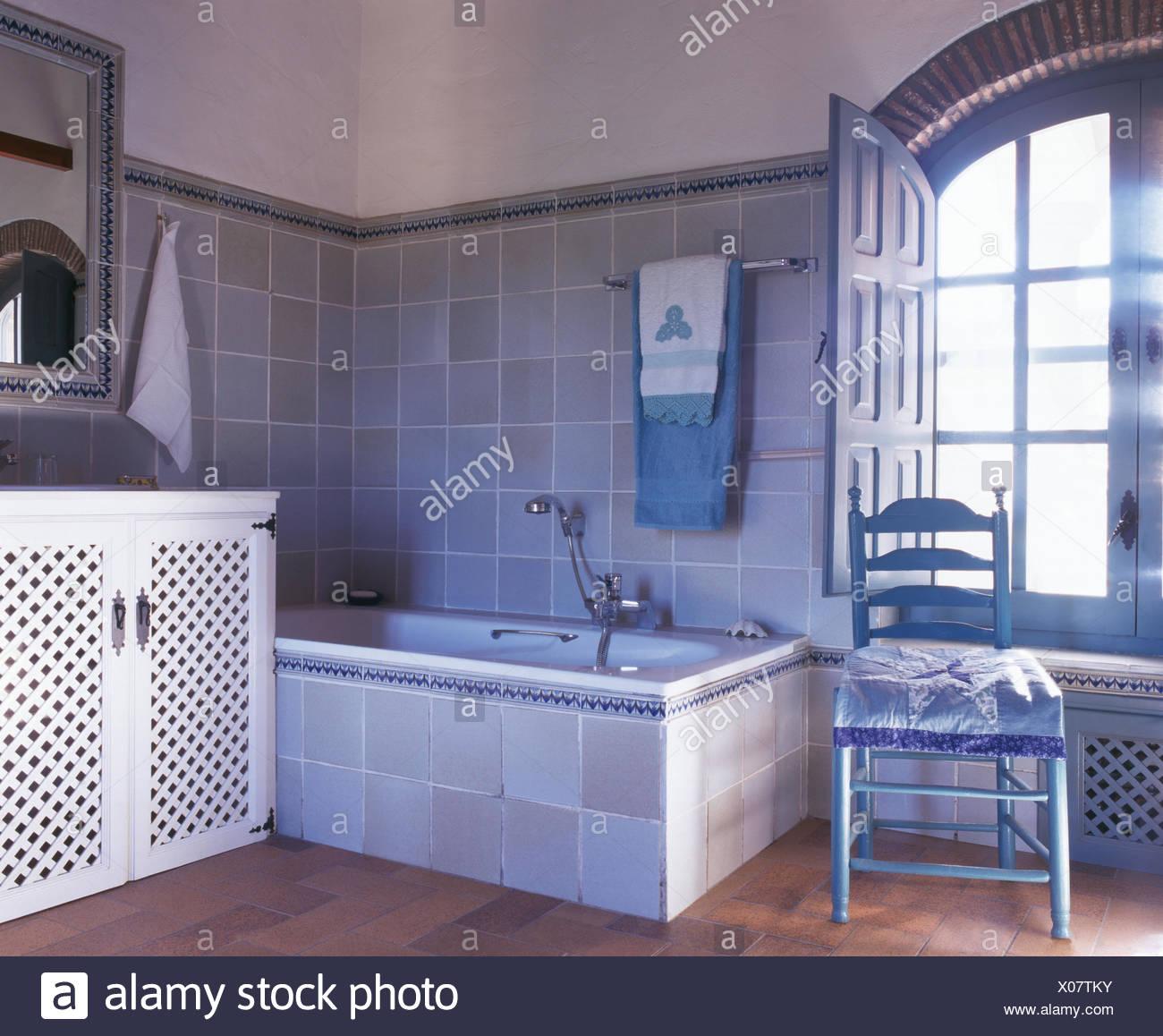 Chaise de bain peinte en gris-bleu pâle espagnol salle de ...