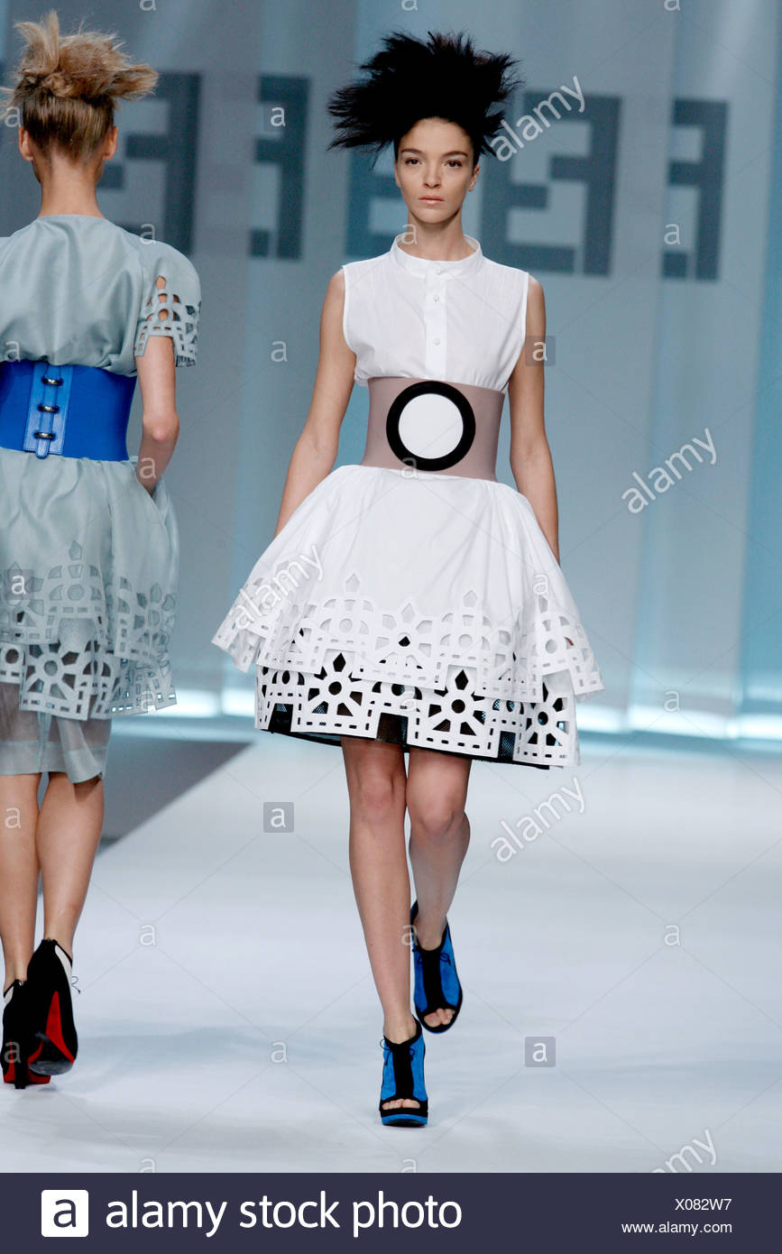 Fendi Milan Prêt à porter printemps été modèle Mariacarla Boscono port  italien blanc sans manches robe étagée en coupe 8b544cbc8a2
