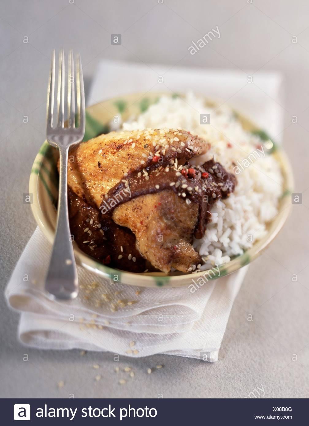 Le poulet et le riz dans une sauce au chocolat Banque D'Images