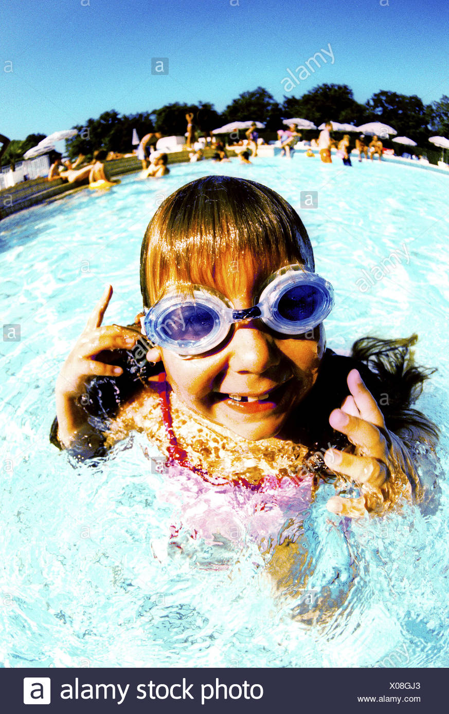 Girl (6-7) in swimming pool, portrait Banque D'Images