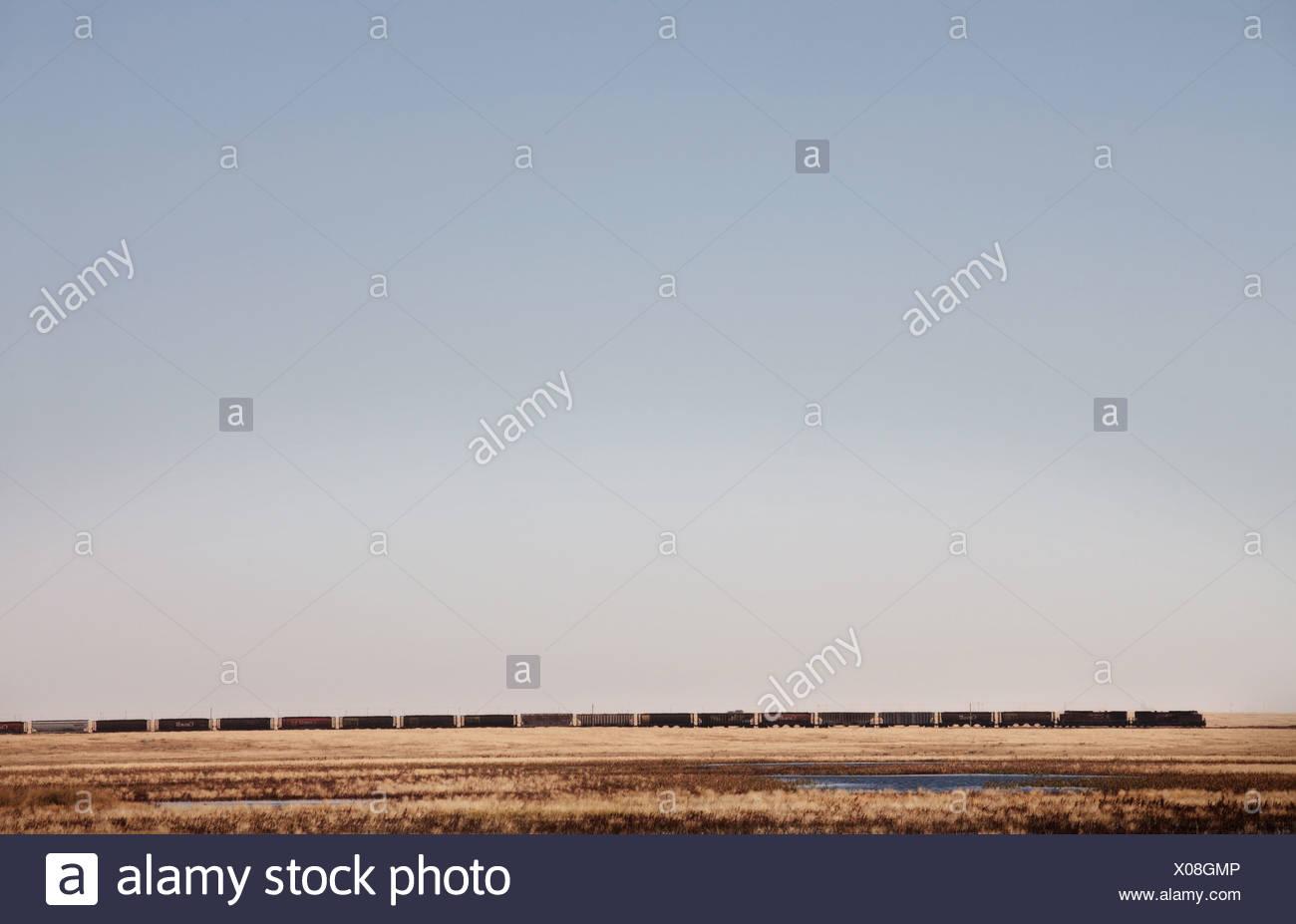 Un train roule dans les prairies canadiennes dans le sud de l'Alberta. Photo Stock