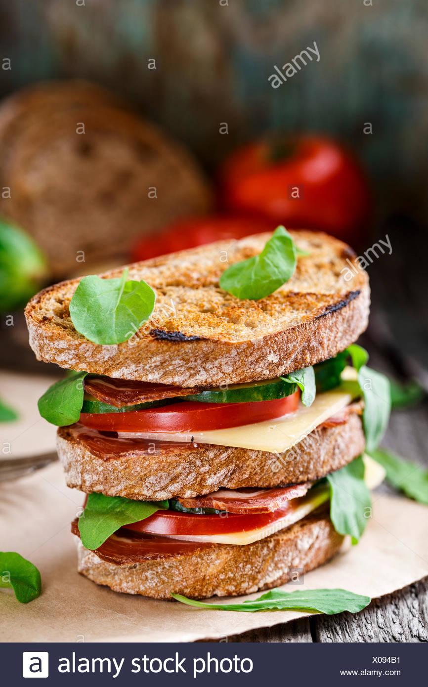 Big sandwich au jambon, fromage et légumes Photo Stock