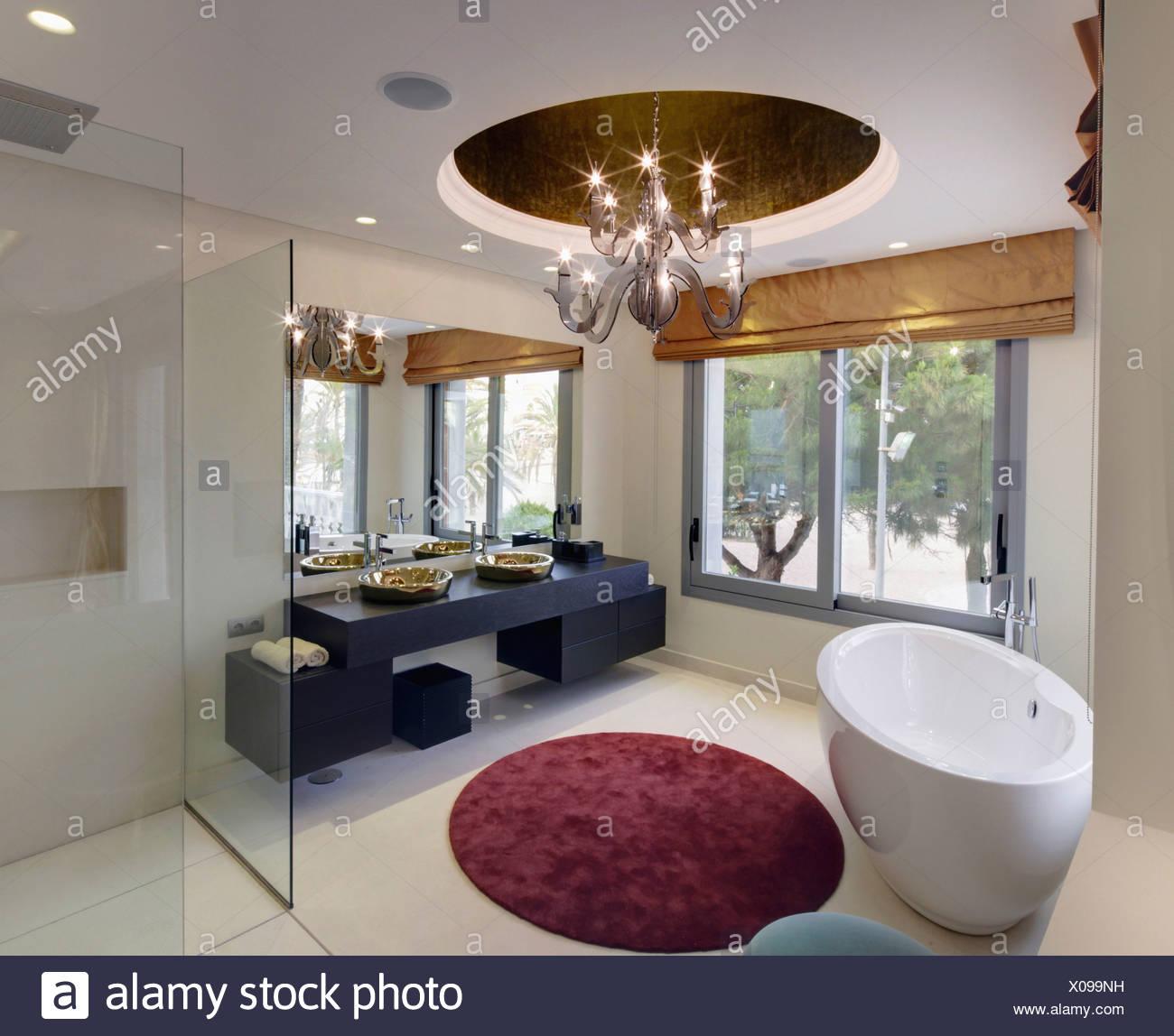 Baignoire sur pied ovale et circulaire tapis dans une salle de bains ...