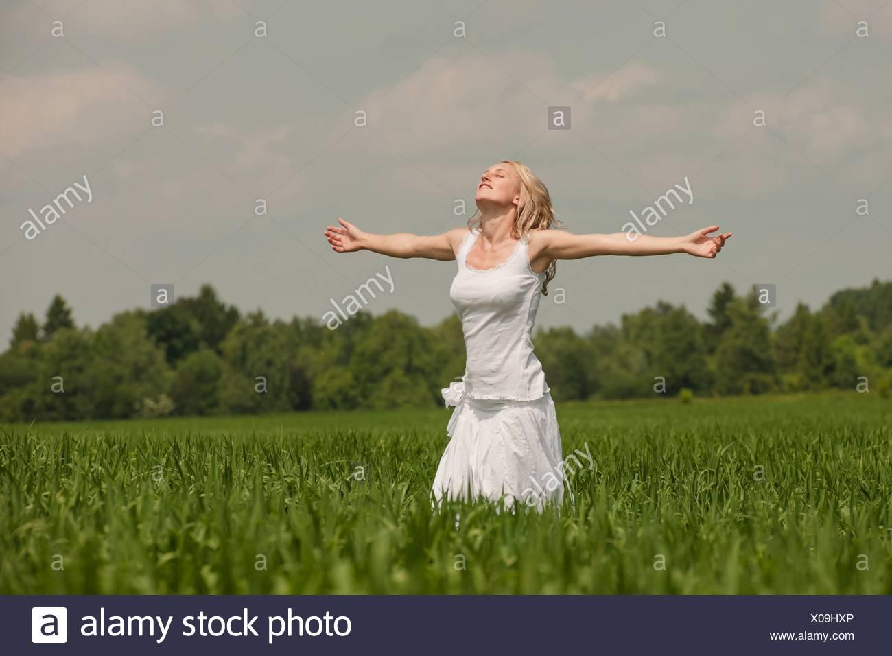 Erfolg, Glück, Glücksgefühl, Fliegen, Frei, radios, Freiheit, Jubel, Euphorie, Begeisterung, Enthusiasmus, Freude, Glückliche, Begeistert, Lächeln, Ausgestreckt, Sommerkleid, Jung, Frau, Mädchen, Keck, Sehnsucht, luxure, Spaß, Natur, Wiese, Gras, Strahlend, Charismatisch, charisme, Heiter, Sinnlichkeit, sinnlich, Kokett, Froh, Fröhlich, Zufriedenheit, heureux, Zufrieden, Natürlich, hübsch, Schön, blonde, Blondine, verträumt, träumen, Traum, personne, Mensch, weiblich, Attraktiv, ein erfreulicher aussehend Anblick, gut, eine Augenweide, Reizend, Alleinstehend, seul, solo, Allein, Dynamisch, Photo Stock