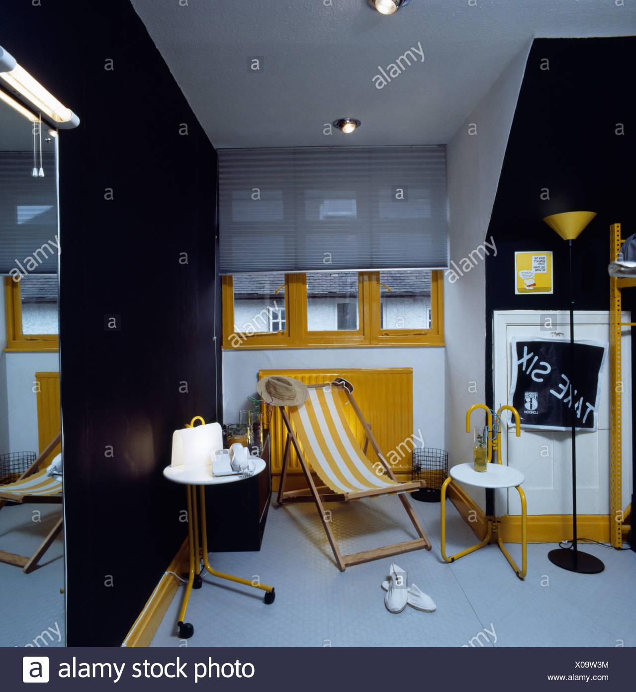 chambre de l 39 adolescent dans le grenier avec mur noir et jaune pr sident et peintures banque d. Black Bedroom Furniture Sets. Home Design Ideas