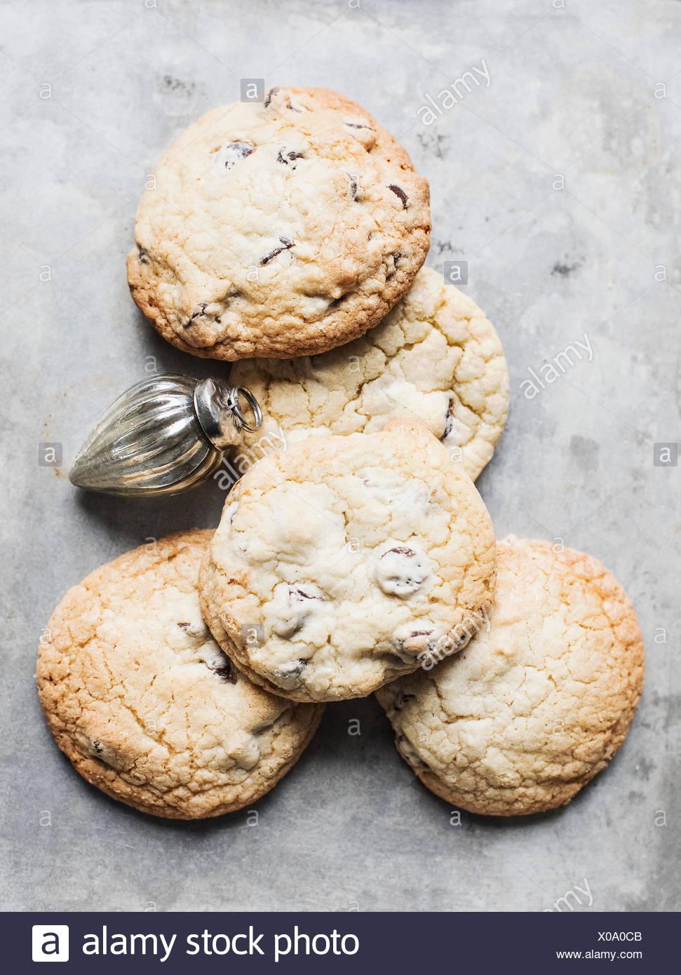 Vue de dessus de biscuits frais et boule de Noël Banque D'Images