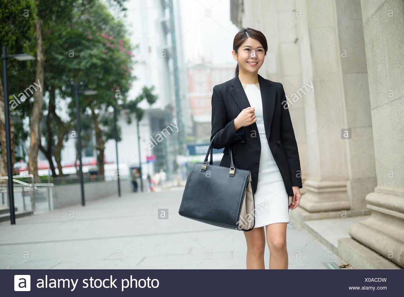 Businesswoman portent un sac et quitter office Photo Stock