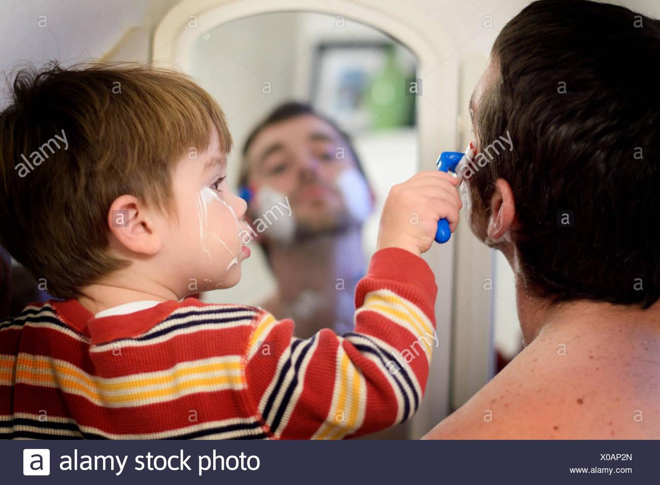 Père et fils le rasage (2-3 ans) Photo Stock