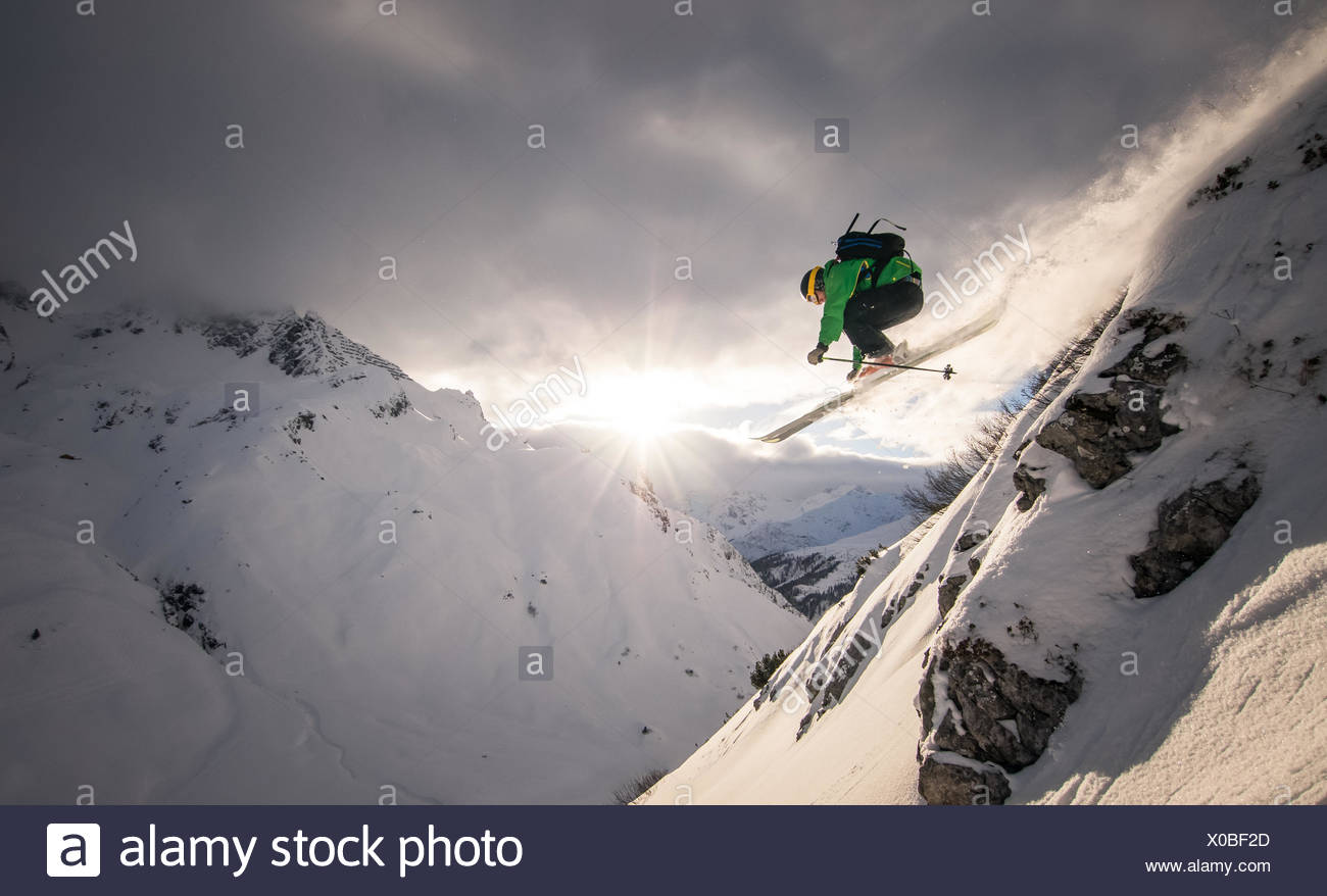 L'Autriche, Freeride skier Jumping off rock Photo Stock