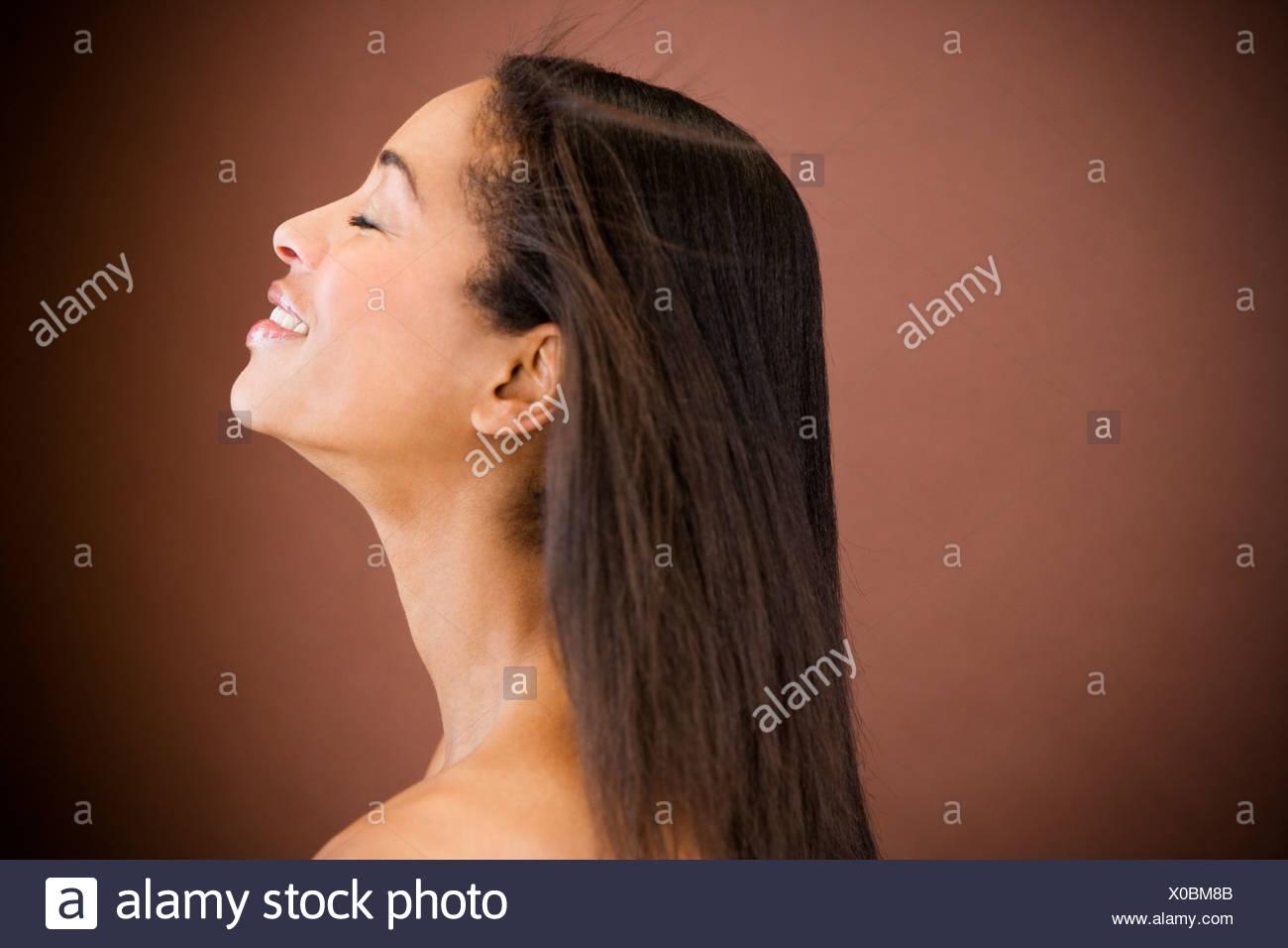 Portrait d'une jeune femme noire avec de longs cheveux noirs tout droit Photo Stock