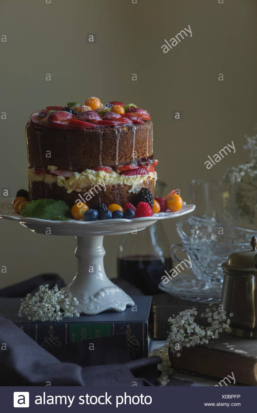 La vanille gâteau décoré avec des fruits frais. Photo Stock