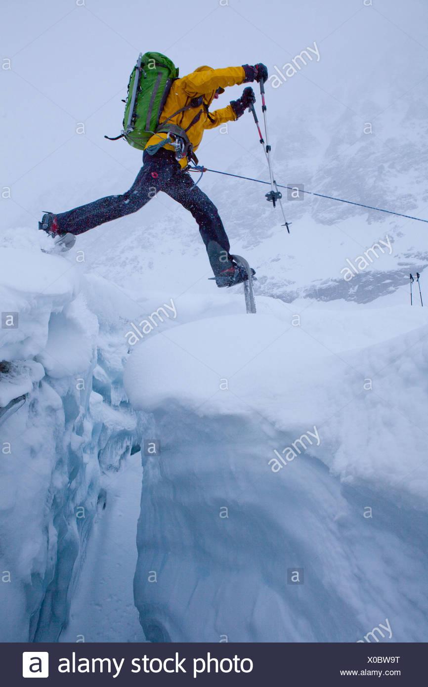 Visite guidée en raquettes, randonnée en raquettes, visite, excursion en montagne, glacier, Lötschental, montagne, montagnes, glaciers, saut, mountaineeri Photo Stock