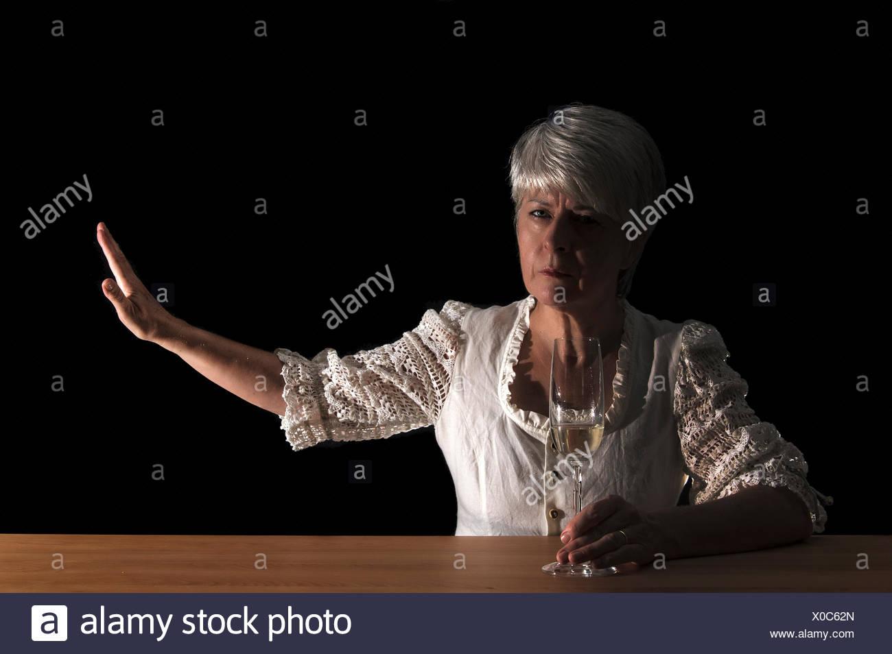 Femme de mauvaise humeur, geste défensif Photo Stock