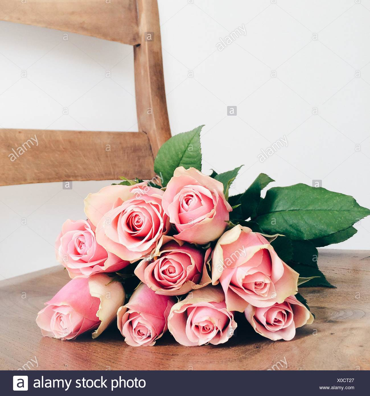 Bouquet de roses roses lying on chair Photo Stock