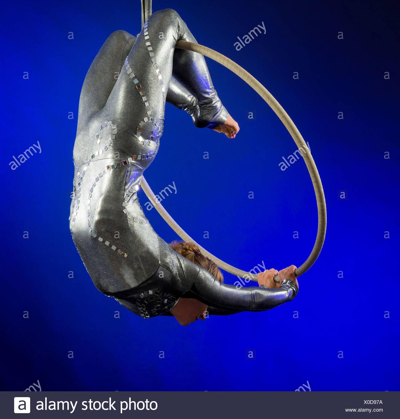 Woman performing l'acrobatie Photo Stock