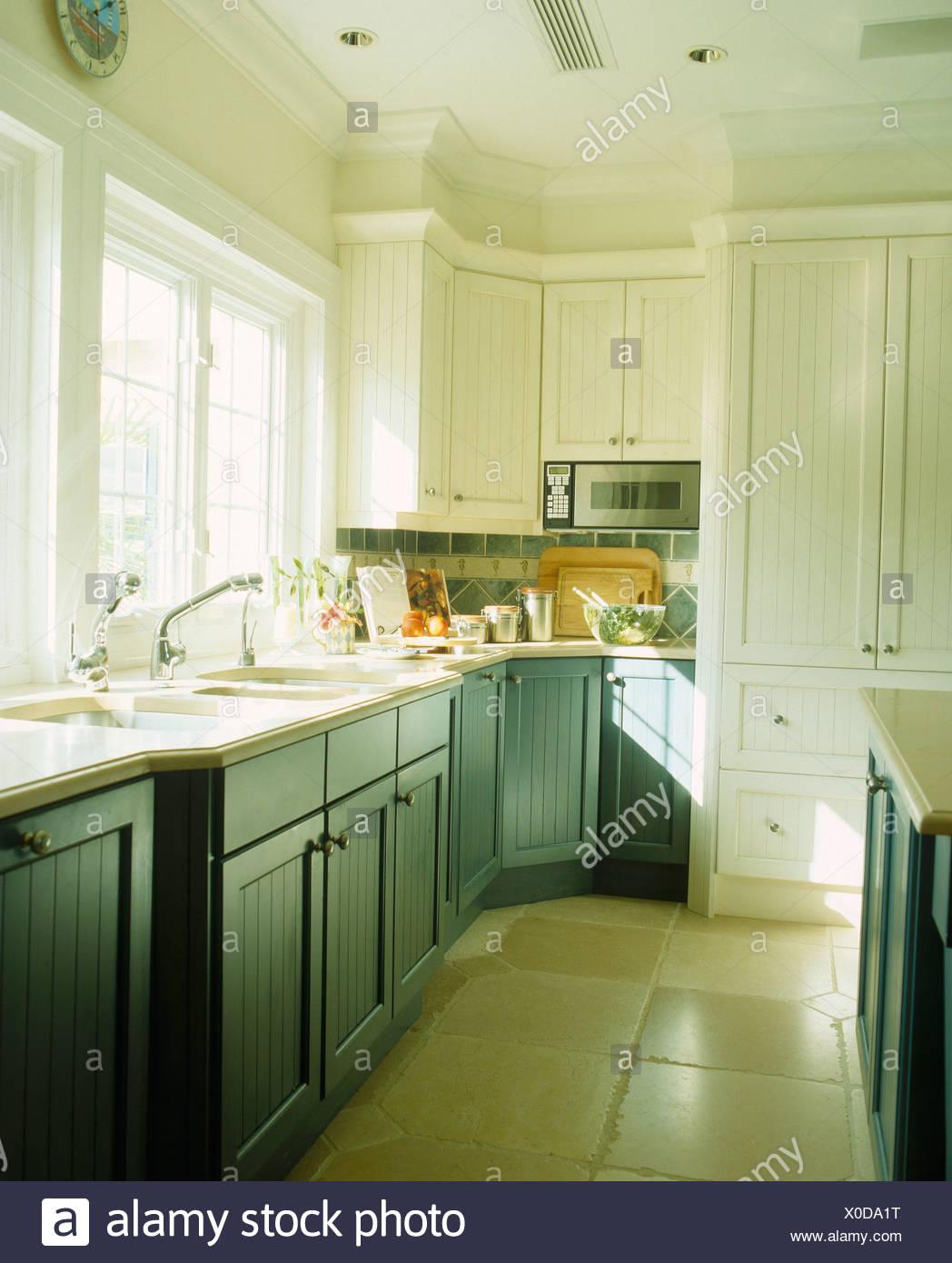 Unités peint en bleu-vert en blanc moderne cuisine bermudien avec ...