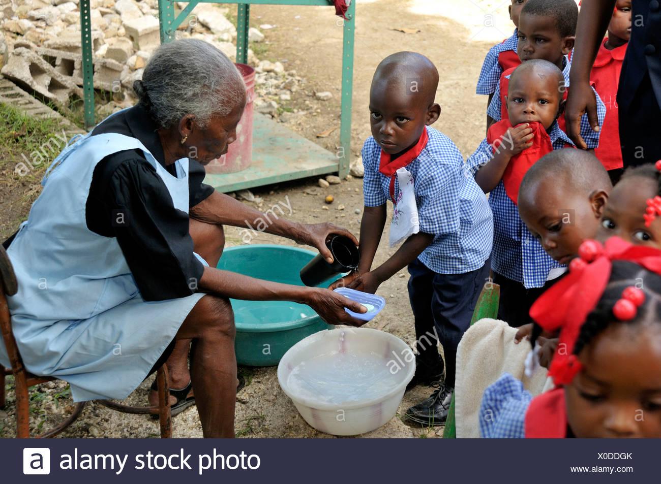 En tant qu'infections prévention contre le choléra, les enfants apprennent à se laver les mains dans une école maternelle, , Haïti, Caraïbes Photo Stock