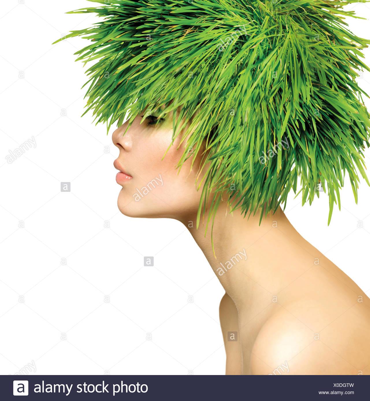 Beauté - Printemps Femme aux cheveux d'herbe verte fraîche Photo Stock