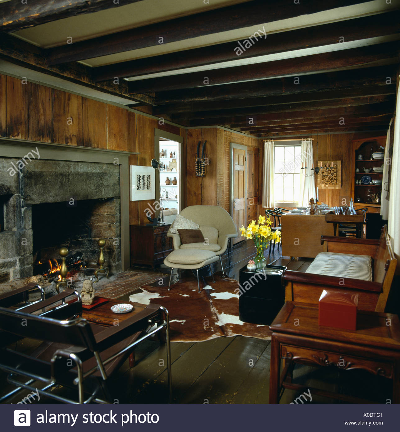 Grande cheminée lambrissée en pays américain salon avec ...