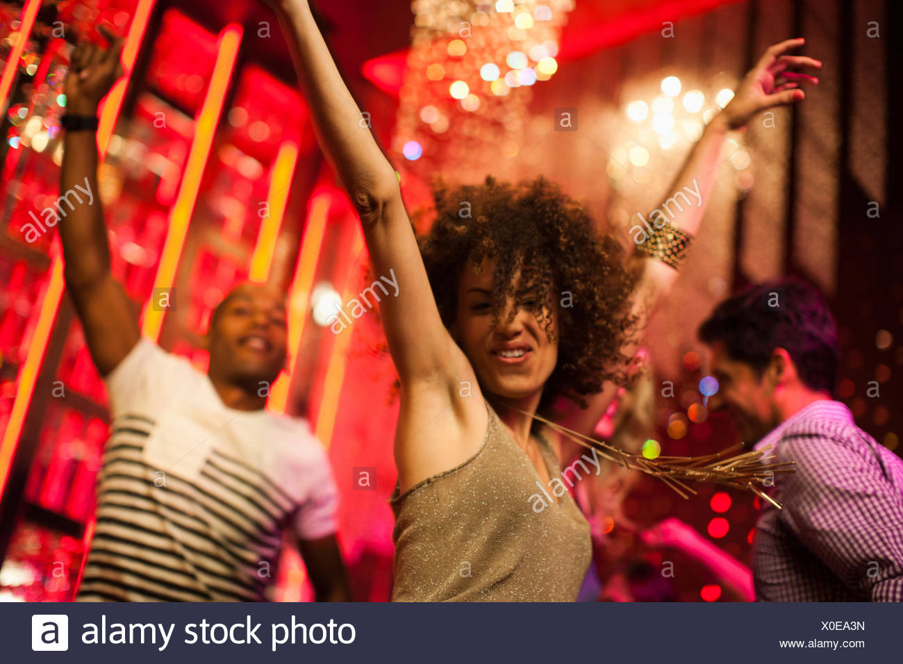 Les amis de la danse at nightclub Photo Stock