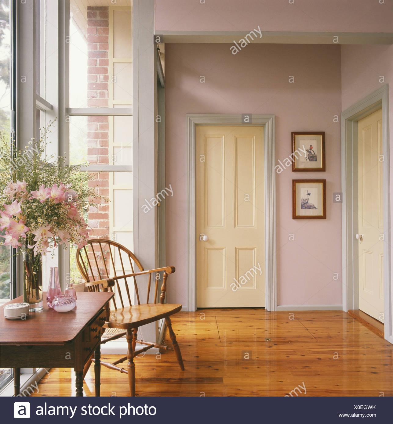Windsor chaise et d\'une petite table ancienne dans la salle ...