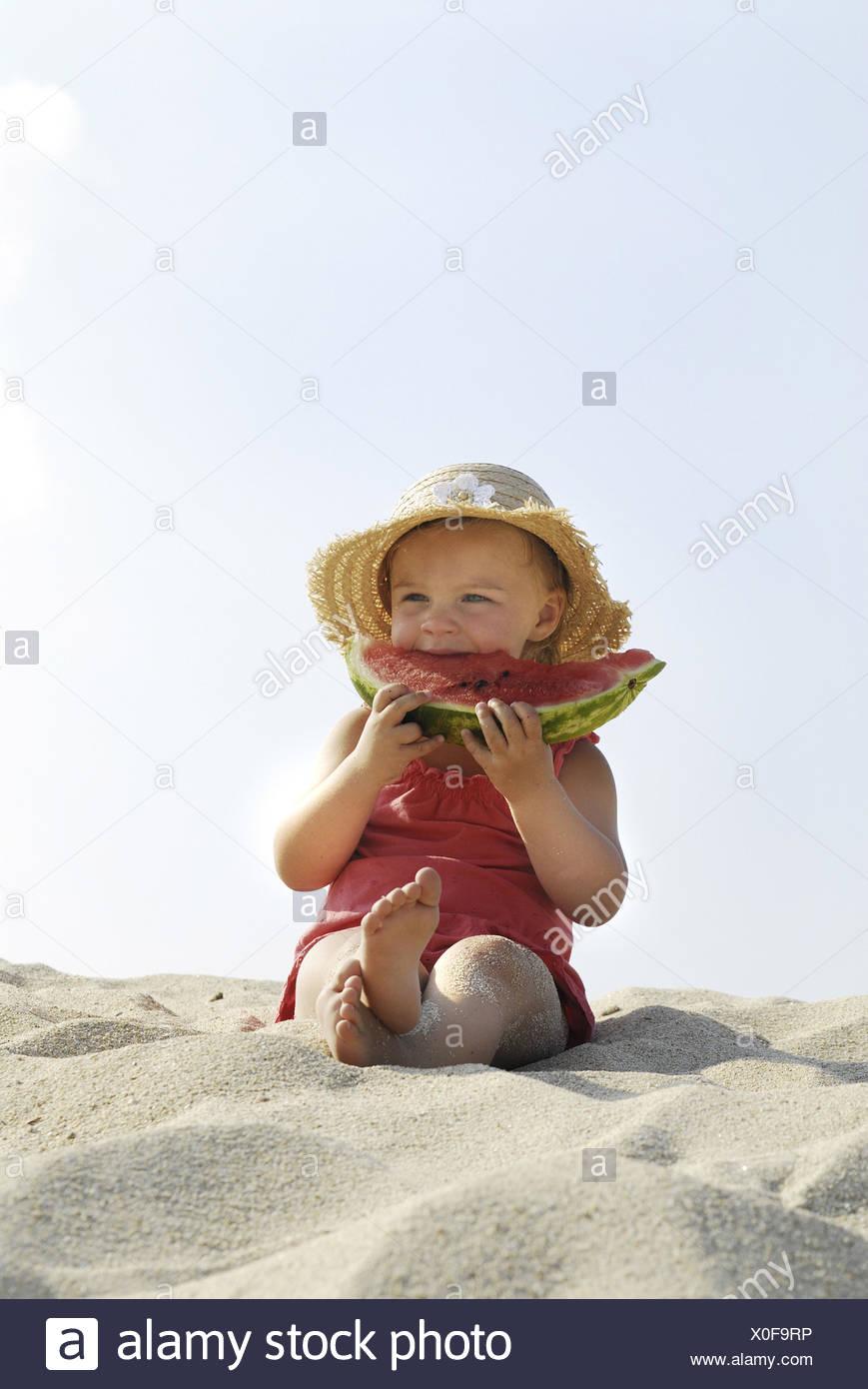 Les filles, la plage, s'asseoir, manger melon, Photo Stock