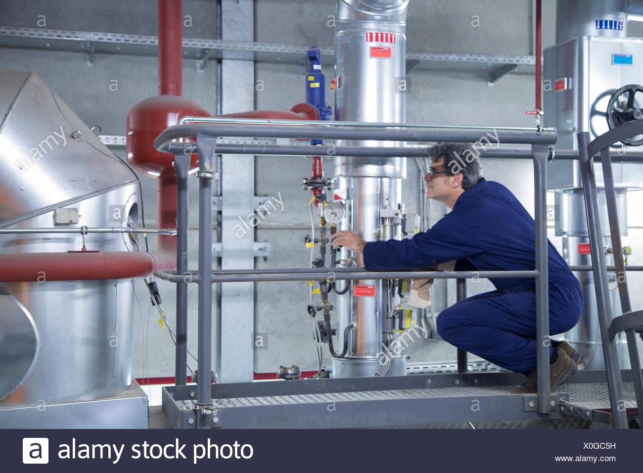 L'inspection de l'ingénieur de l'équipement de la plate-forme d'accès à power station Photo Stock