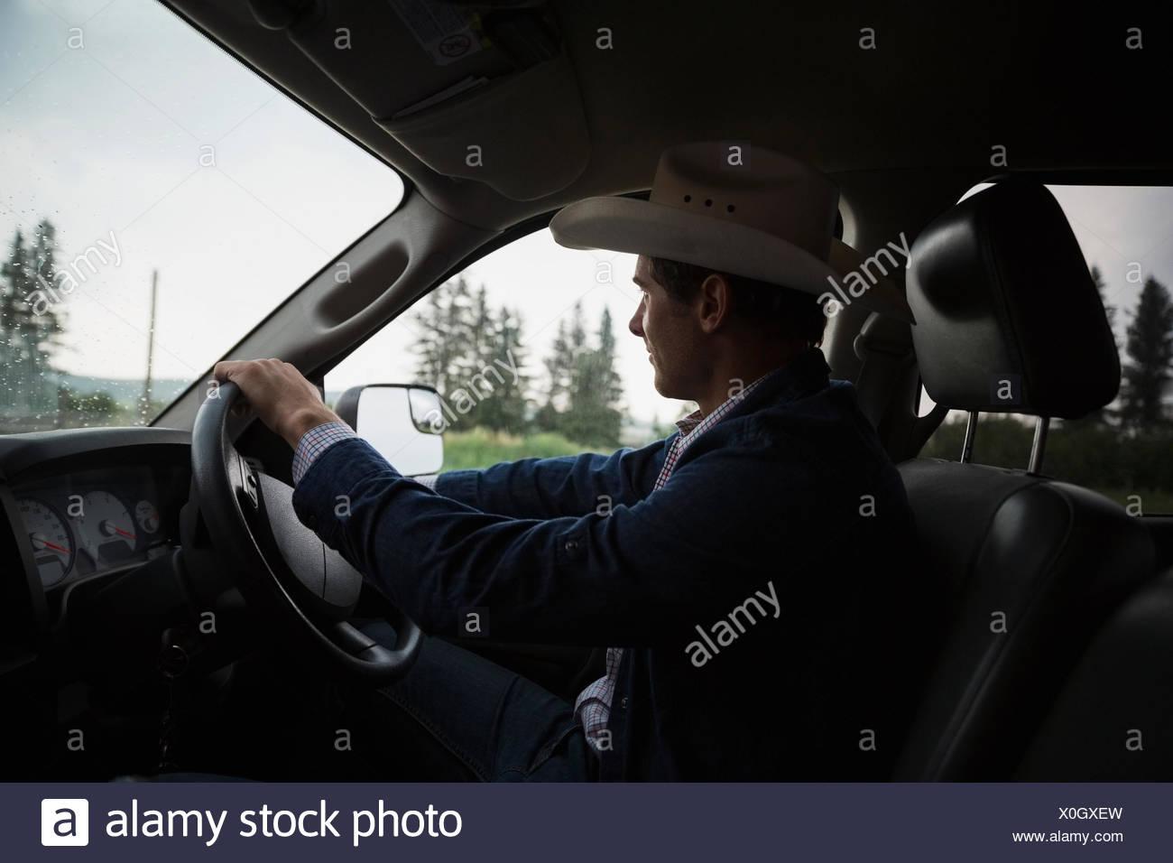 Ranch avec chapeau de cowboy camion de conduite Photo Stock