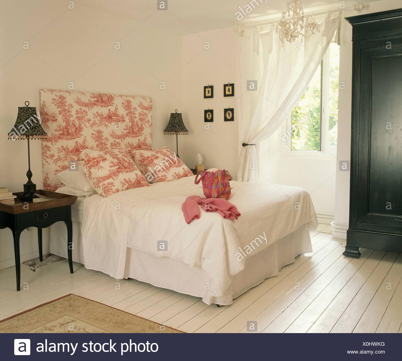 Tete De Lit Voile toile rose-de-jouy et tête de coussins sur le lit avec draps