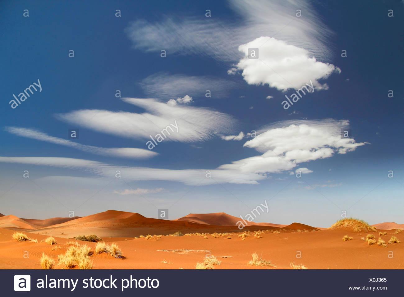 Les nuages et les dunes de sable du désert du namib, Namibie, le Parc National Namib Naukluft Sossusvlei, Photo Stock