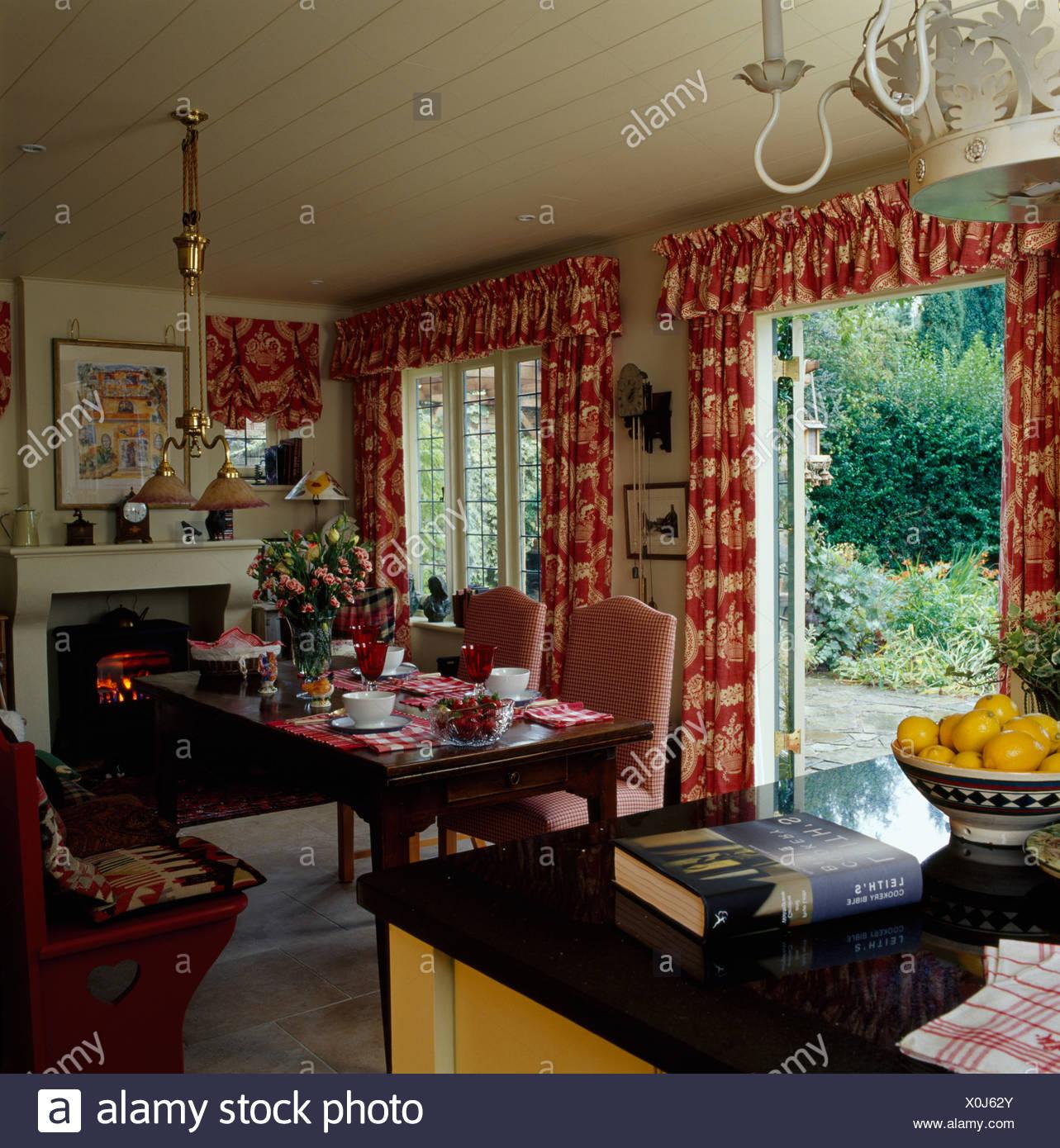 des rideaux rouges motifs sur les fentres la franaise en pays cuisine salle manger avec set de table pour le djeuner en face de courts de