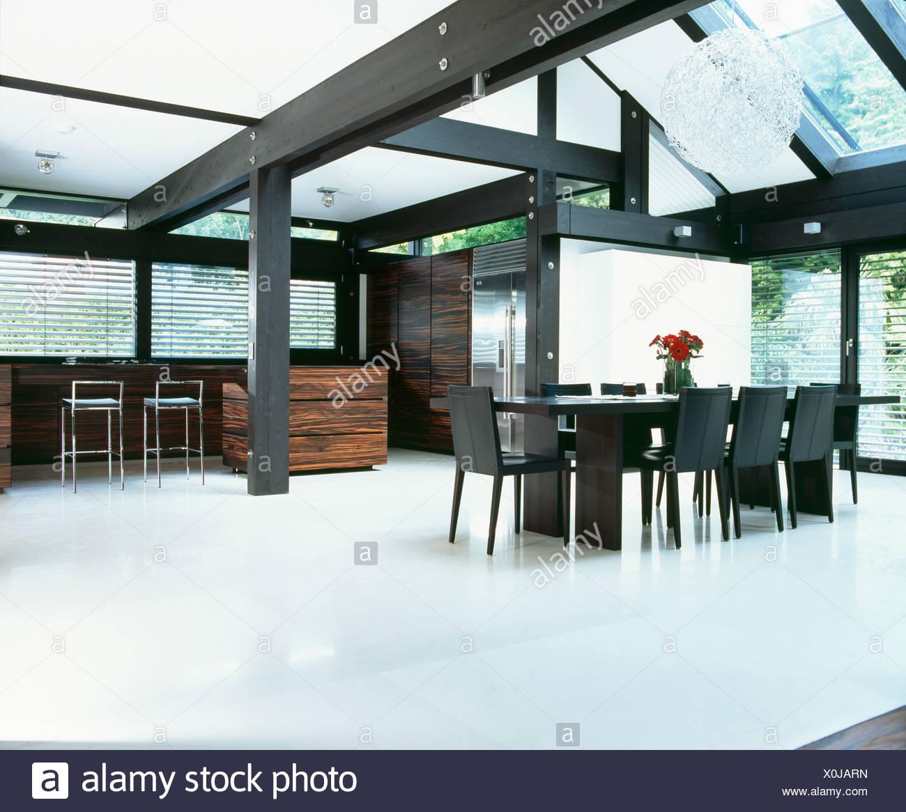 Parquet et poutres blanc noir blanc dans une grande salle à ...