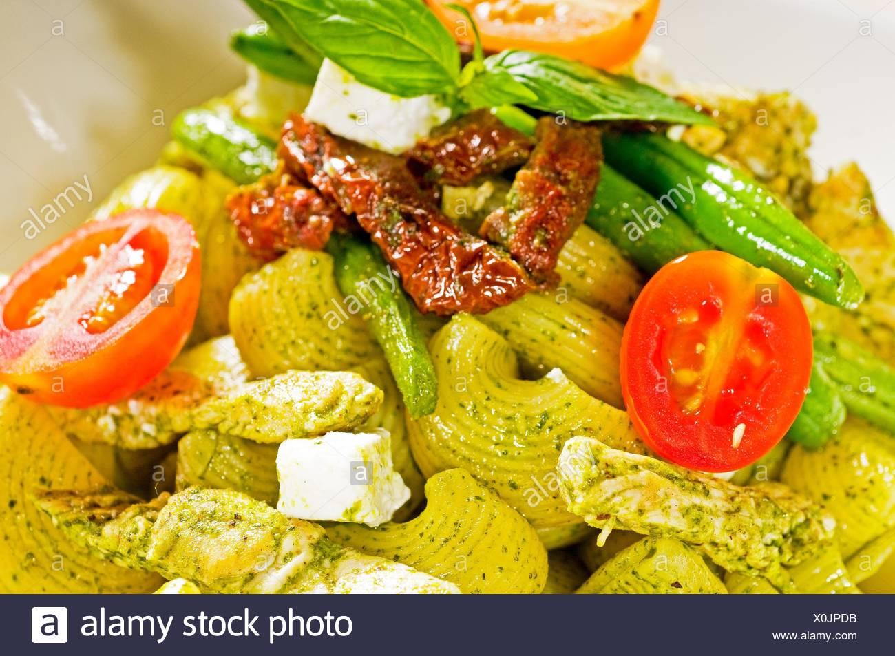 Pâtes fraîches lumaconi et sauce pesto de légumes et tomates séchées,cuisine italienne typique. Photo Stock