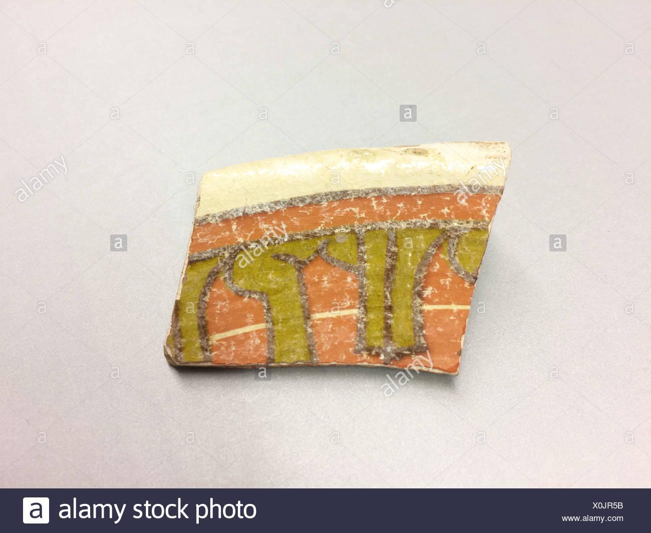 Fragment. Date: 9ème-10ème siècle; Géographie: l'objet de fouilles en Iran, Nishapur; moyen: Faïence; corps chamois, blanc, peint en rouge et sous glaçure Photo Stock