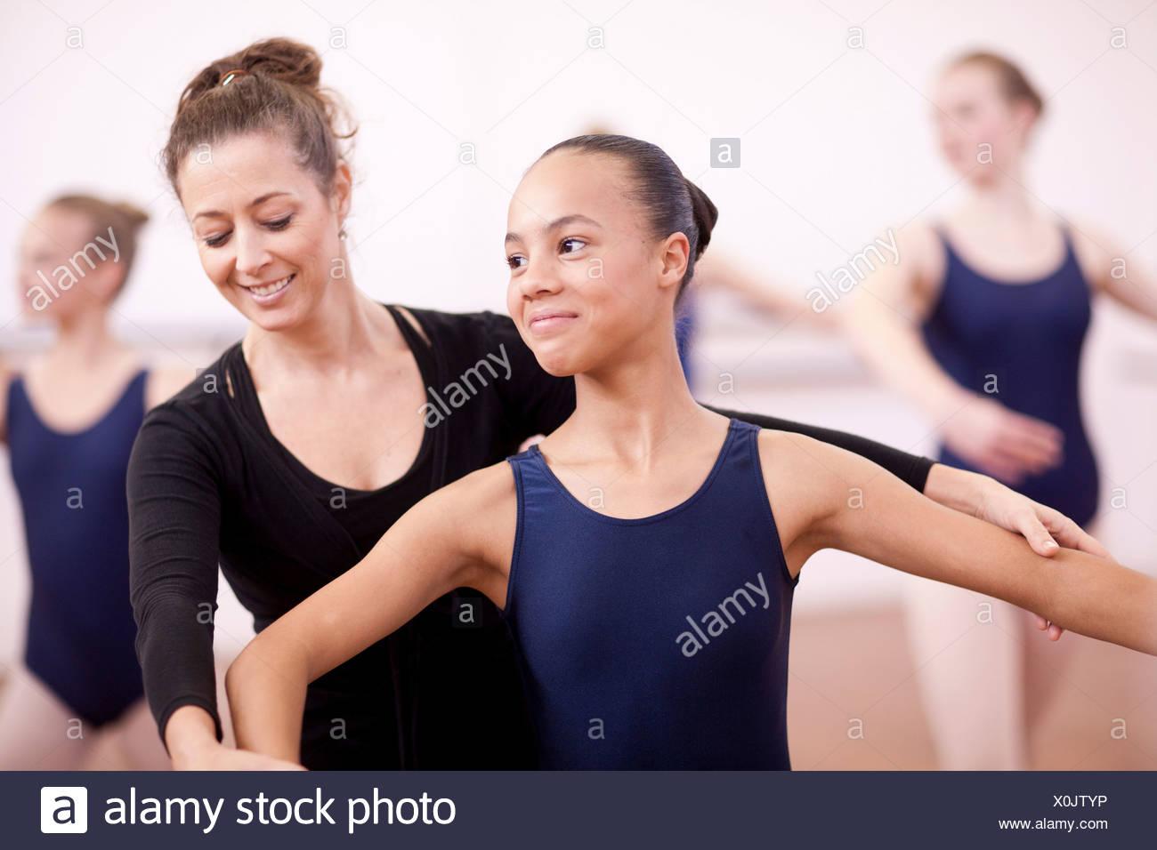 Réglage de l'enseignant pose d'adolescente timide ballerine Photo Stock