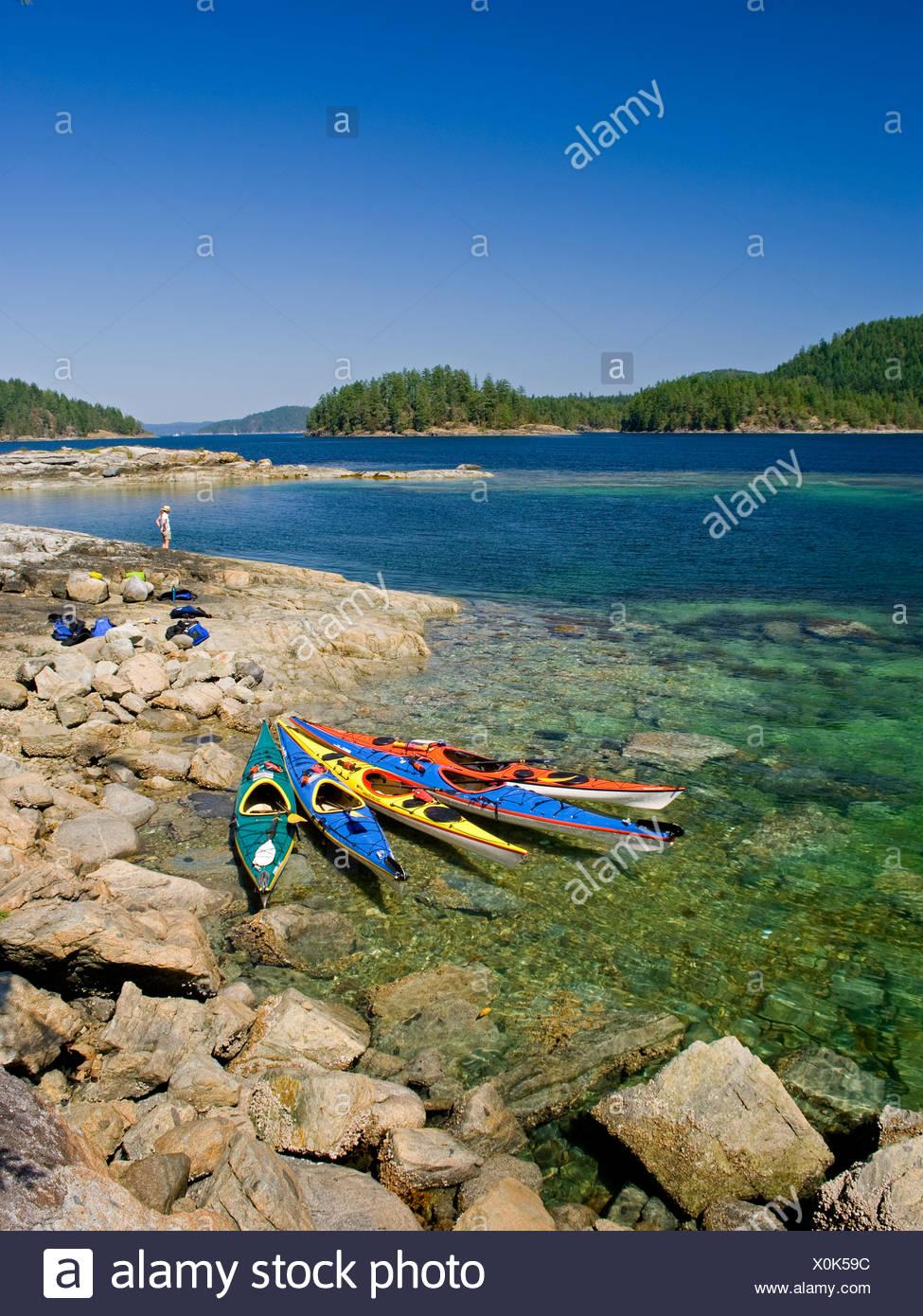 Femme jouit d'un paysage époustouflant shores Photo Stock