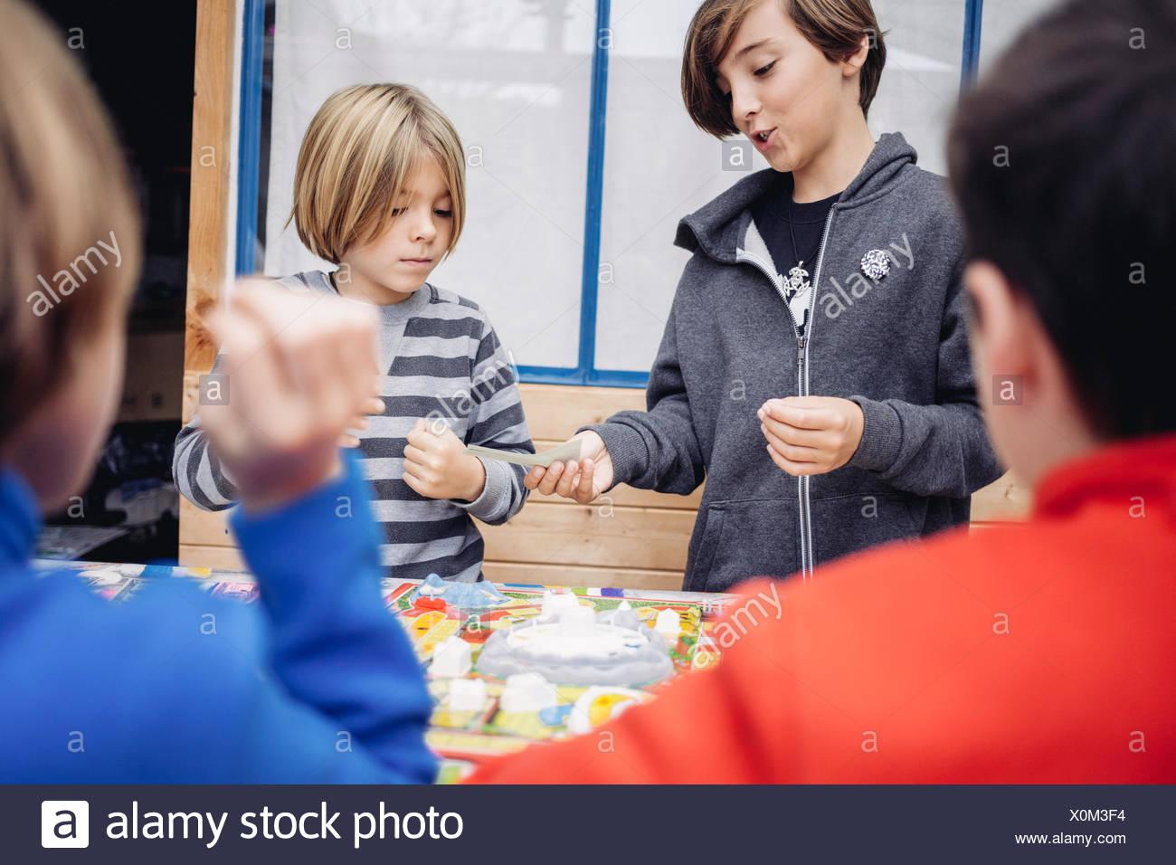Enfants jouant avec des jouets Photo Stock