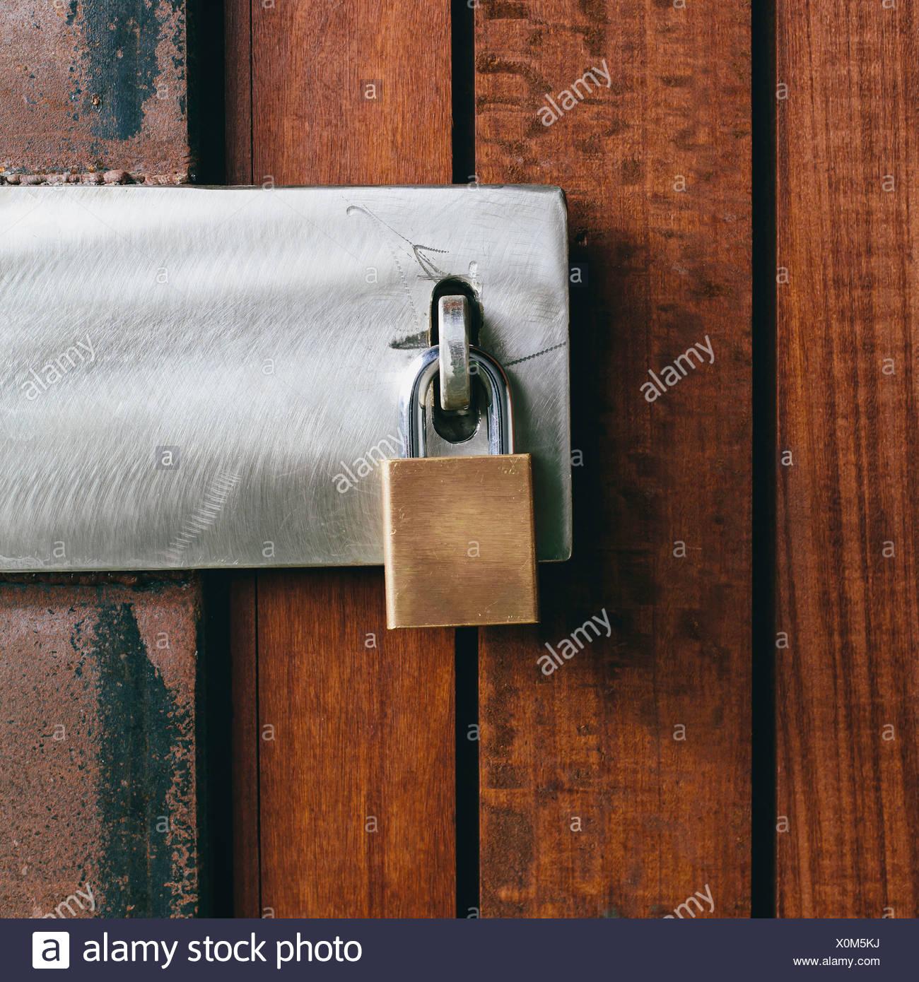 Gros plan d'une porte en bois avec un cadenas. Photo Stock
