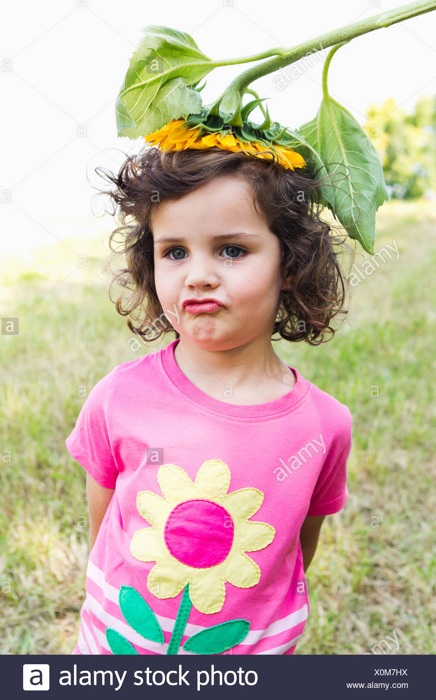 Girl wearing wildflower sur sa tête Photo Stock