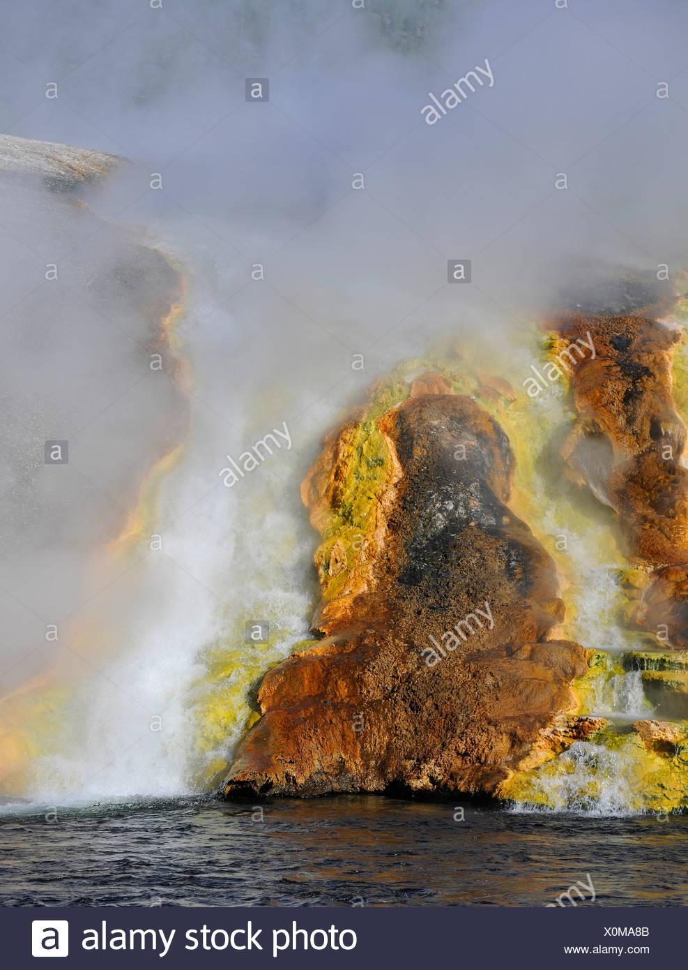 Sortie de l'Excelsior Geyser dans la rivière Firehole, Midway Geyser Basin, coloré de bactéries thermophiles, micro-organismes, des geysers Banque D'Images