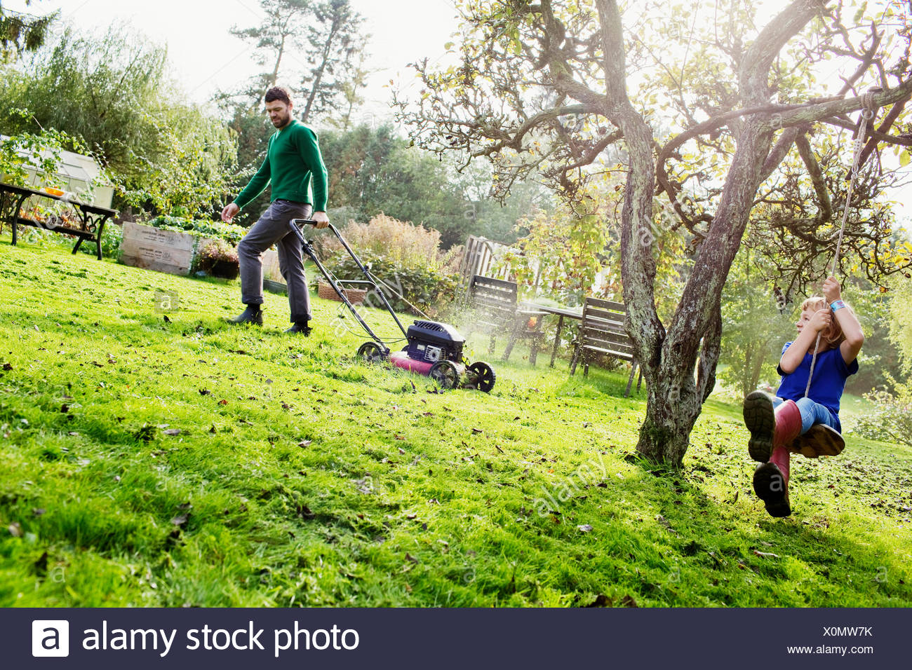 La Suède, Skane, Osterlen, Borrby, père et fils (4-5) dans le jardin intérieur Photo Stock